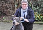 Gedeputeerde Ludwig met een hond